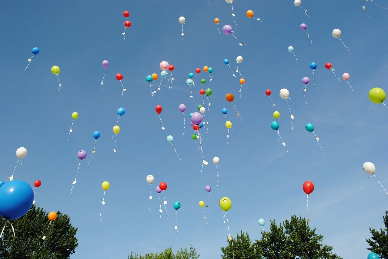 cuomo-blowing-balloons